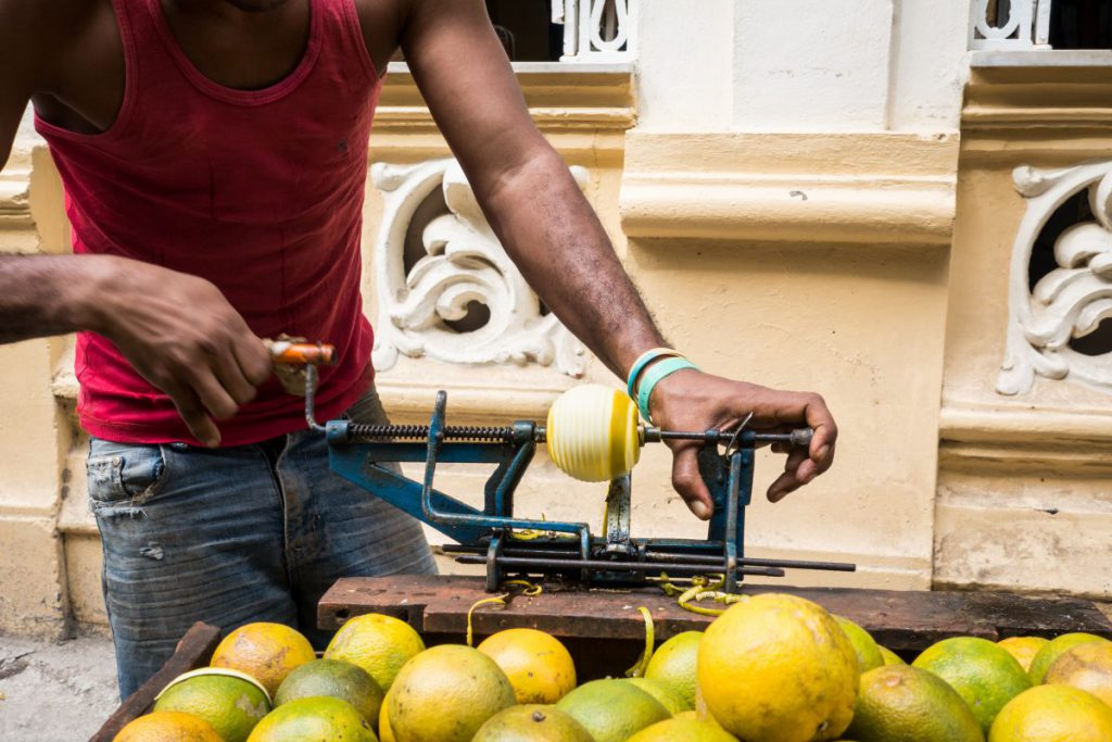 Peeling yellow oranges the Cuban way