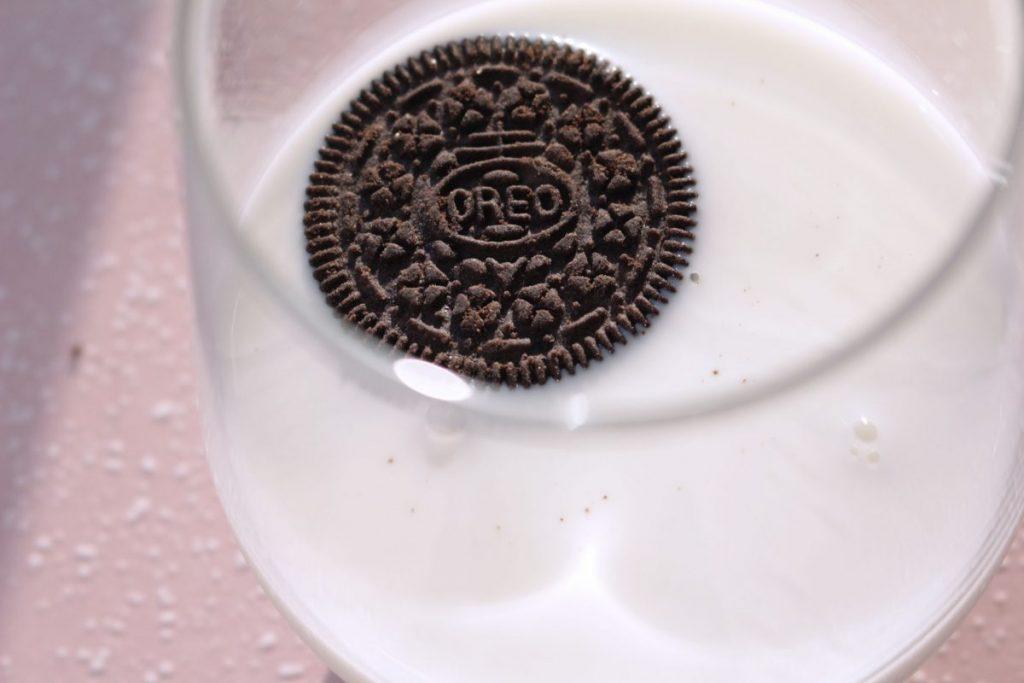 Oreo dipped in milk