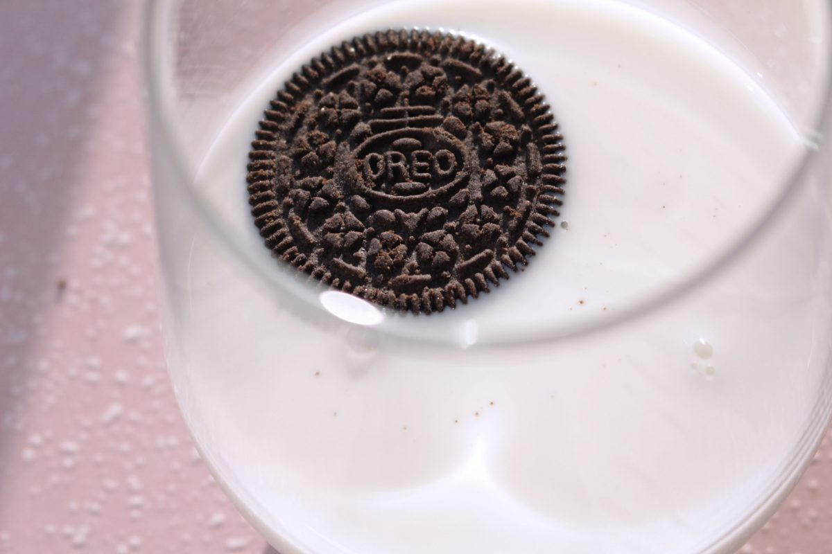 Oreo dipped in milk