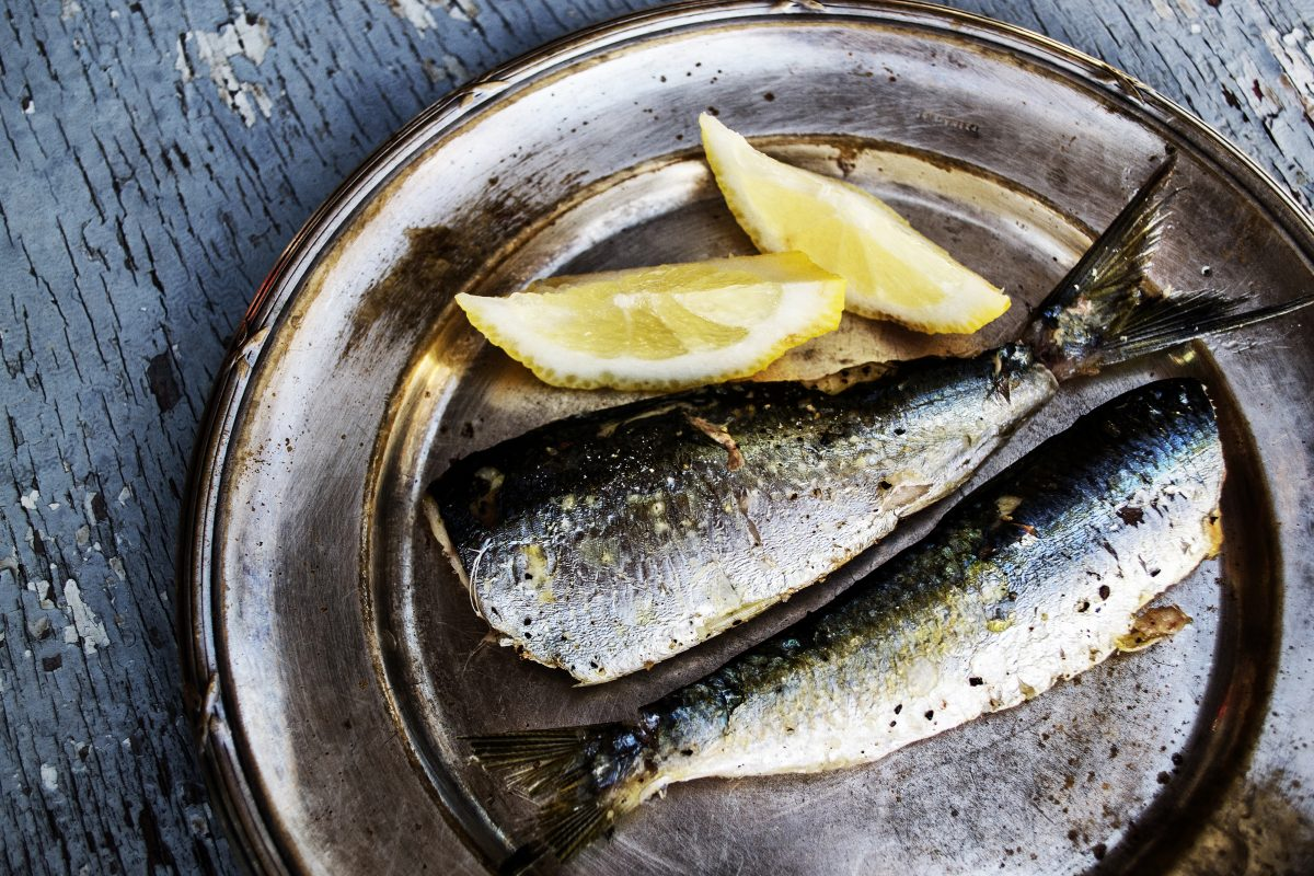 Grilled headless sardines with lemon