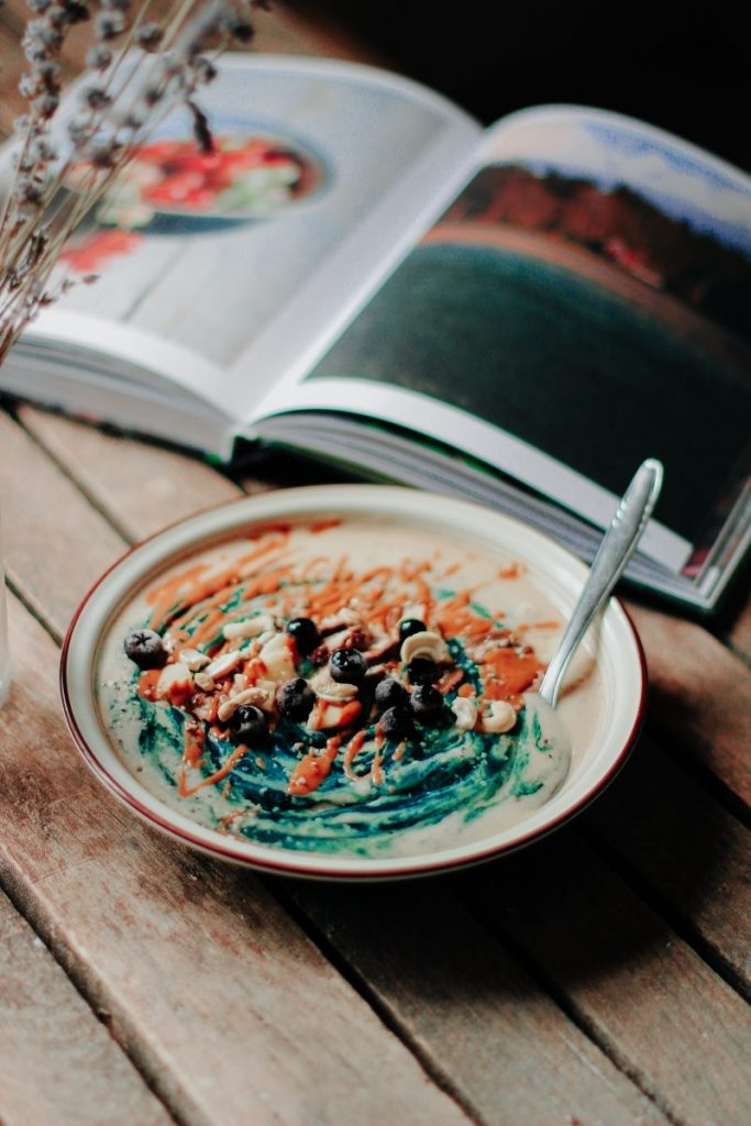 Spirulina oats cream with blueberries and nuts