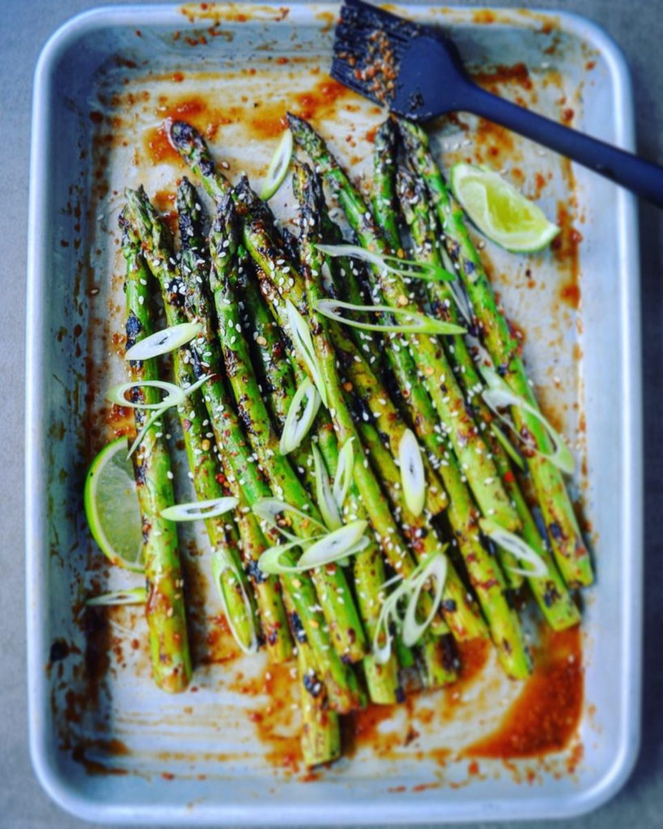 Grilled asparagus with limes and sesame seeds