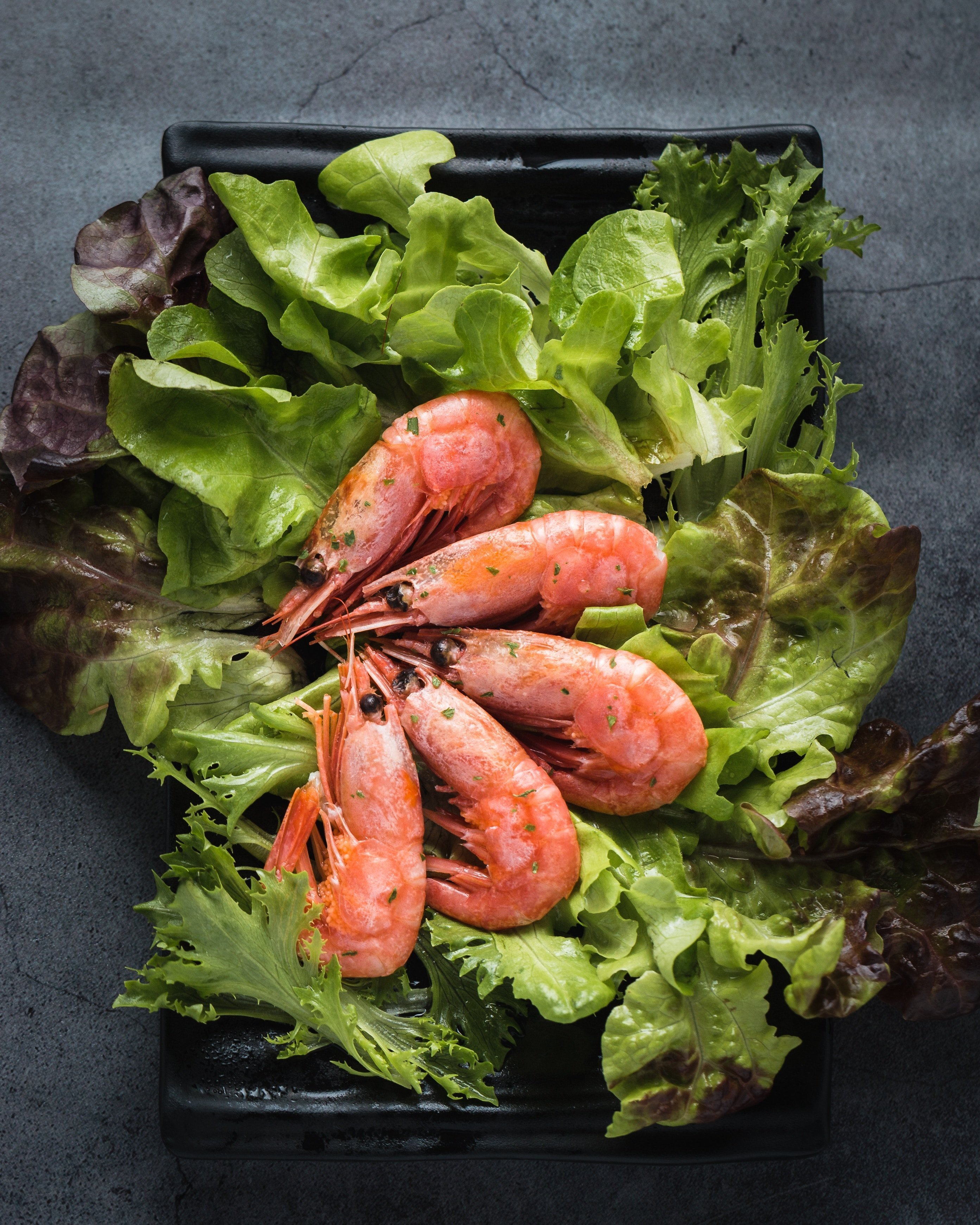 King prawns with green lettuce