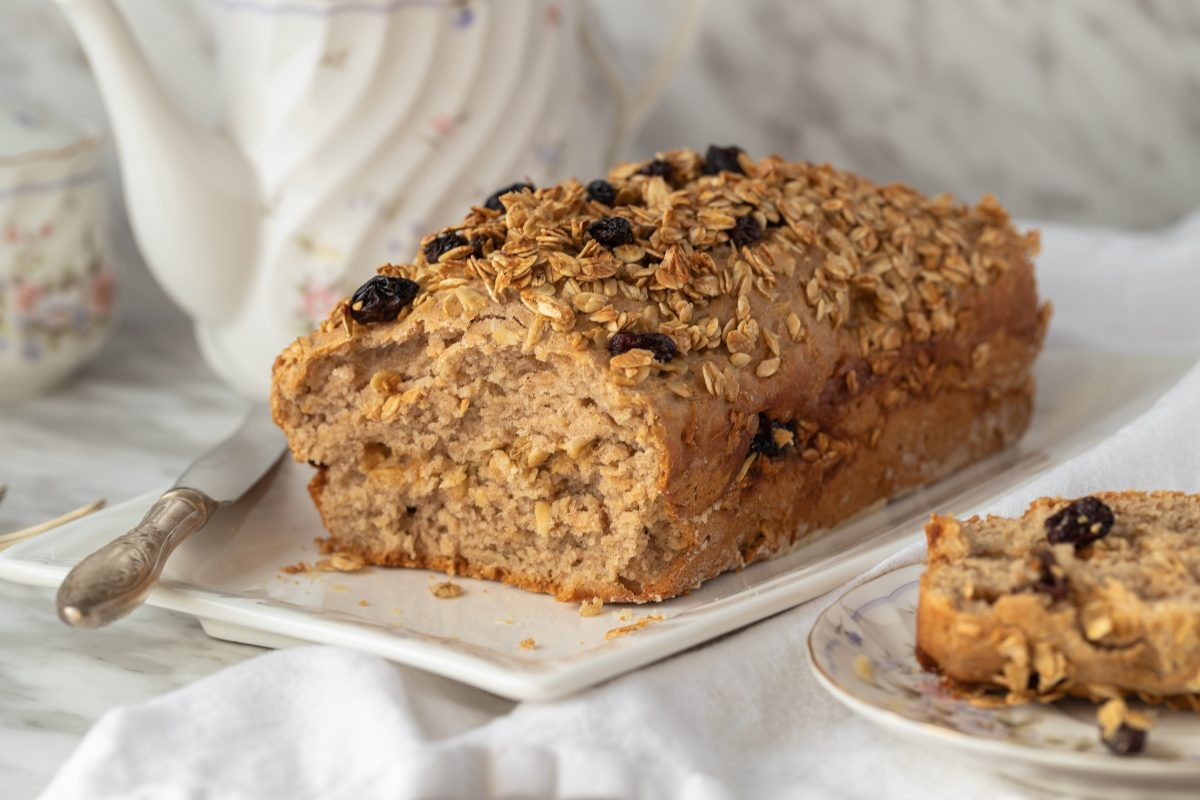 Cake with oats and raisins